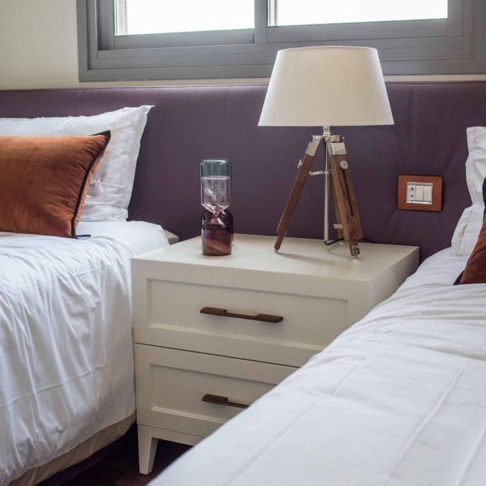 מיטה יהודית יוקרתית עם שידה