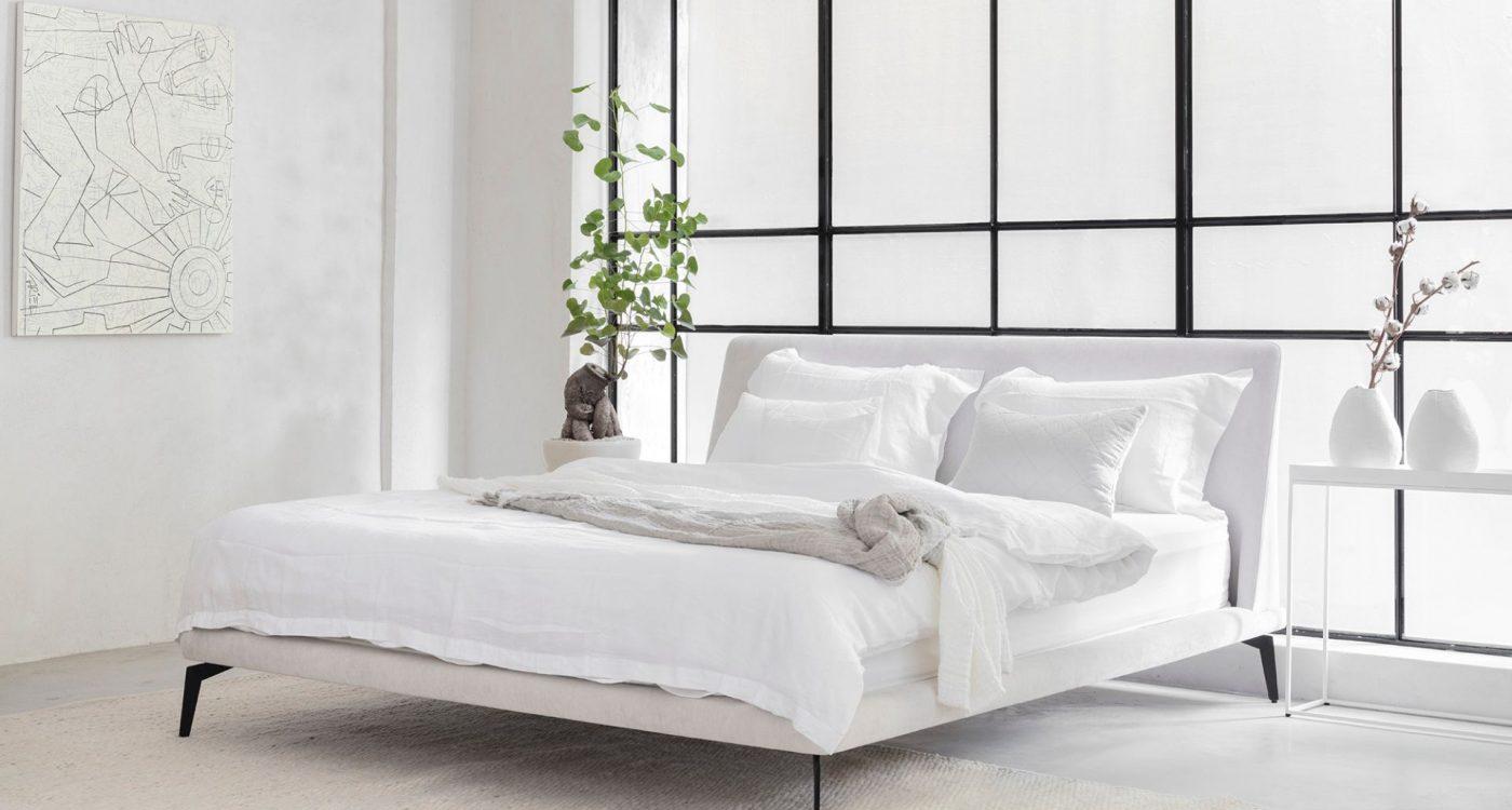 מיטה יוקרתית מעוצבת בצבע לבן ובהתאמה אישית