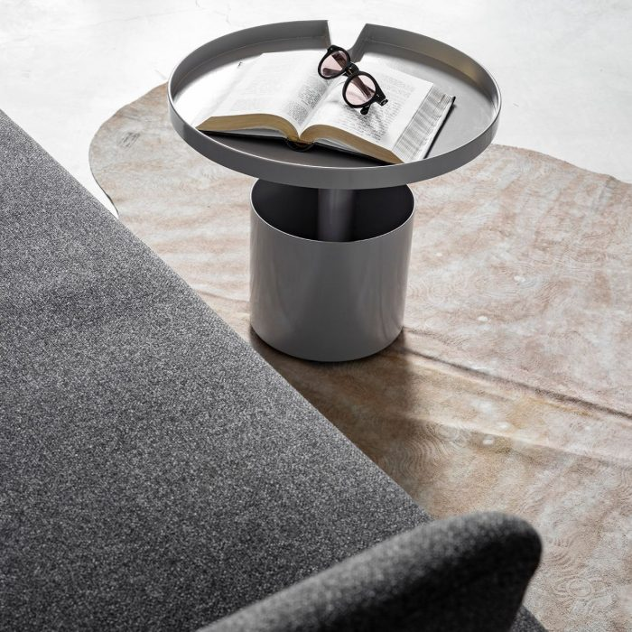ספה מעוצבת בצבע אפור עכבר