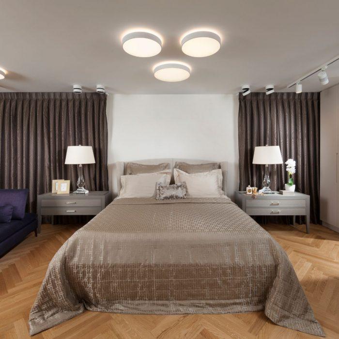 חדר שינה מעוצב בצבע חום ולבן