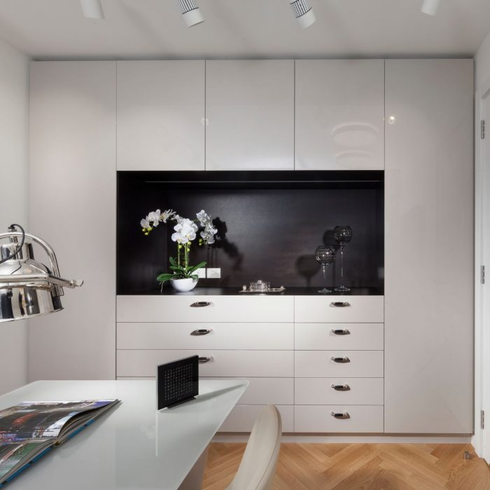 חדר עבודה מעוצב יוקרתי מודרני בצבע לבן