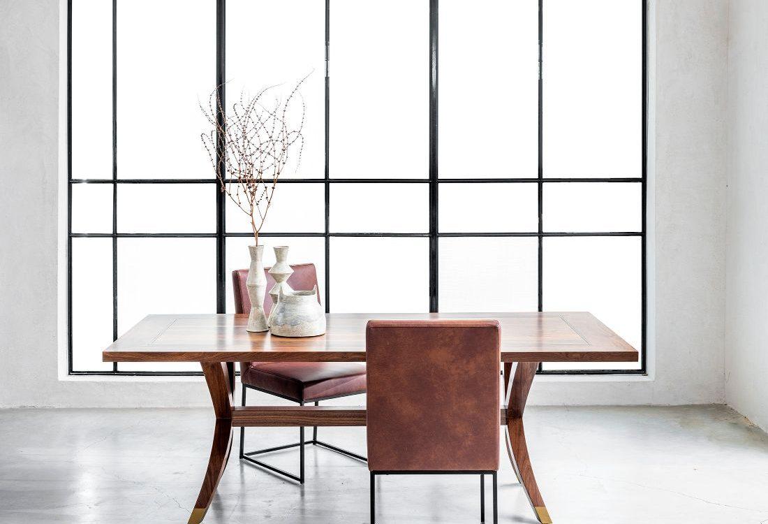 שולחן אוכל יוקרתי מעץ מלא וכיסא יוקרתי מעור