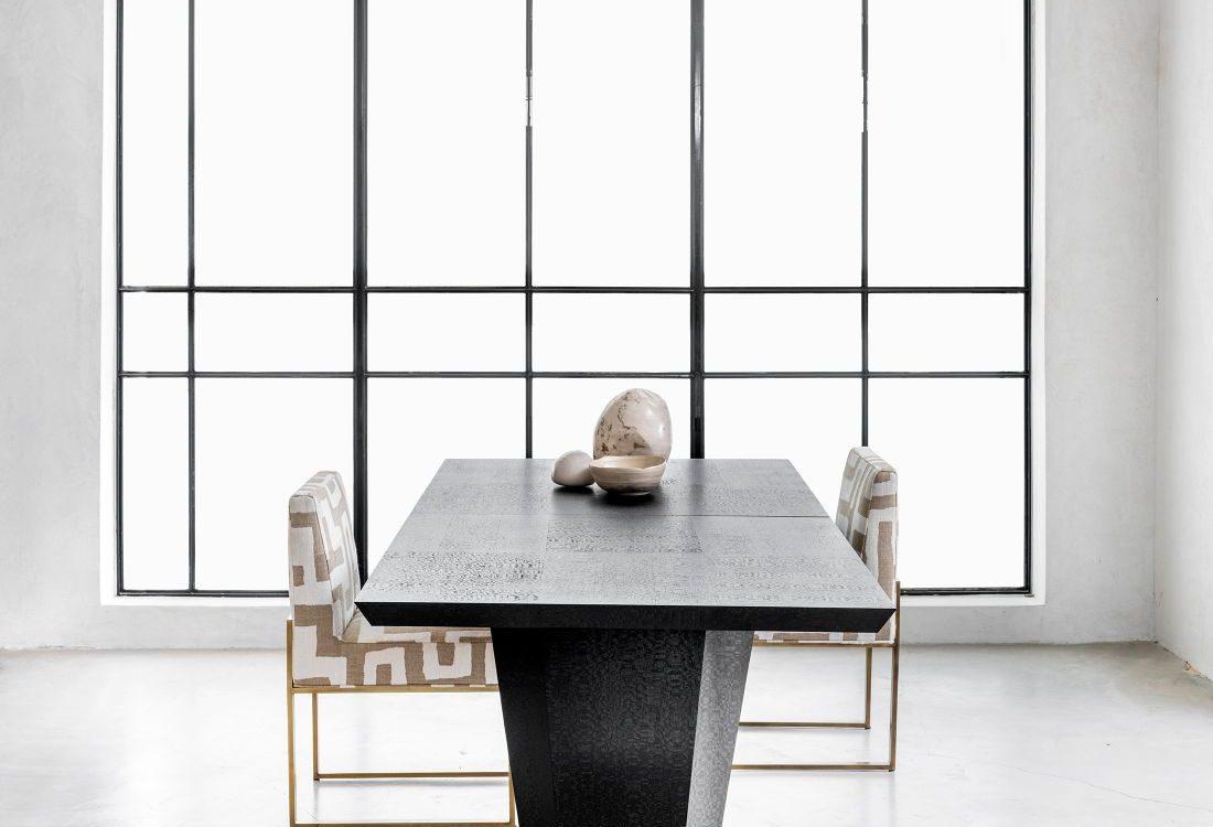 שולחן אוכל יוקרתי בצבע שחור שנפתח